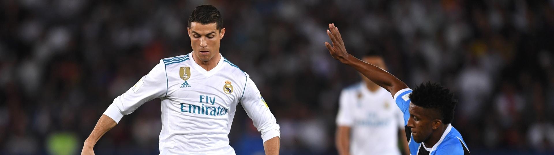 Cortez faz a marcação contra Cristiano Ronaldo na final do Mundial de Clubes