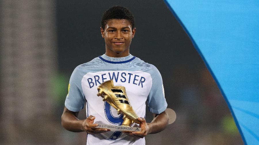 Rhian Brewster posa com a chuteira de ouro que ganhou pela seleção da Inglaterra - Buda Mendes/Getty Images/via FIFA