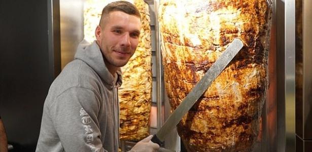 Lukas Podolski entra para o mundo dos negócios com restaurante de kebab em Colônia