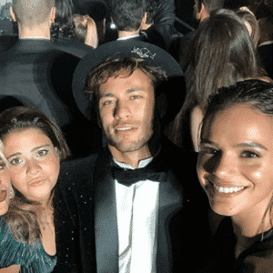Neymar e Bruna Marquezine posam para foto com Giovanna Ewbank e convidados - reprodução/Instagram