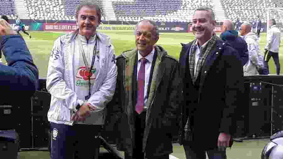 Presidente da Federação Gaúcha e vice da CBF, Noveletto (e) posa com Walter Feldman (c) e Rogério Caboclo (d) em treino - Danilo Lavieri/UOL
