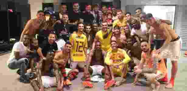 Jogadores do Flamengo tiram foto com Julio Cesar (centro) no vestiário após o jogo - Gilvan de Souza / Site oficial do Flamengo - Gilvan de Souza / Site oficial do Flamengo