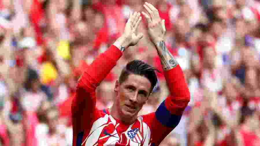 Fernando Torres cumprimenta a torcida durante seu última jogo pelo Atlético de Madri contra o Eibar - JUAN MEDINA/Reuters