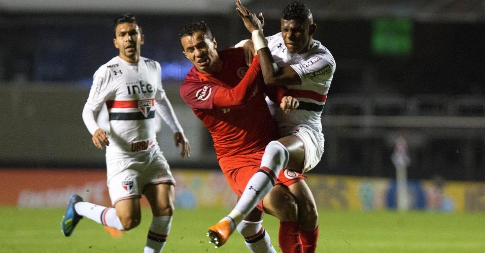 Arboleda e Leandro Damião se chocam durante São Paulo x Internacional