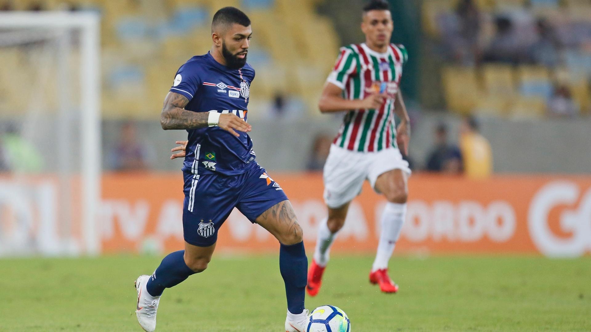 Gabriel carrega a bola durante Fluminense x Santos pelo Campeonato Brasileiro
