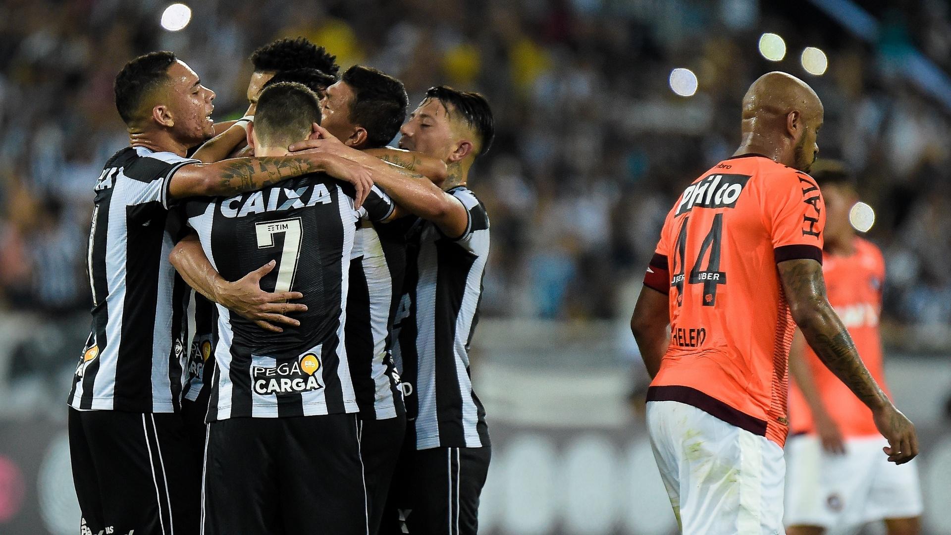 Jogadores do Botafogo comemoram gol contra o Atlético-PR em jogo do Brasileirão