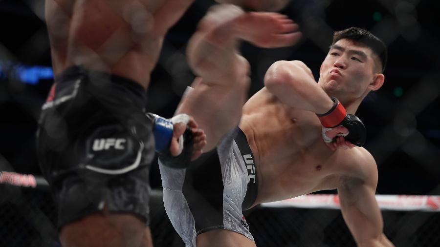 Yadong Song acerta Bharat Khandare durante luta do UFC Fight Night em novembro de 2017 - Hu Chengwei/Getty Images