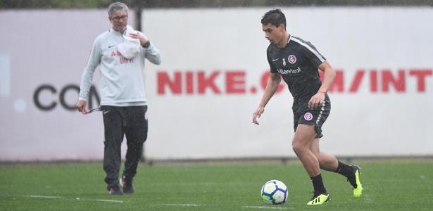 Martín Sarrafiore treina sob olhar atento do técnico Odair Hellmann no Inter - Ricardo Duarte/Inter