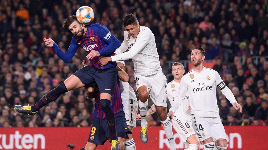 Piqué em ação contra o Real Madrid - Josep LAGO / AFP