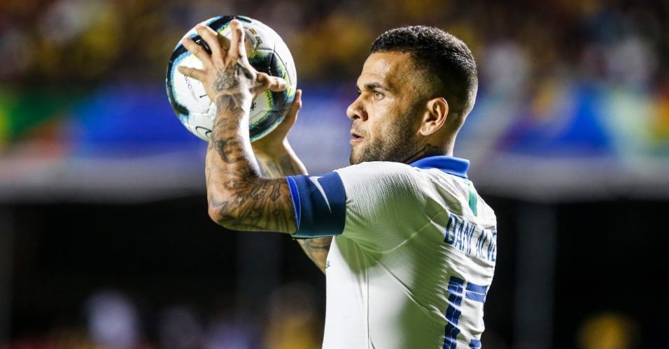 Daniel Alves no jogo Brasil x Bolívia na Copa América