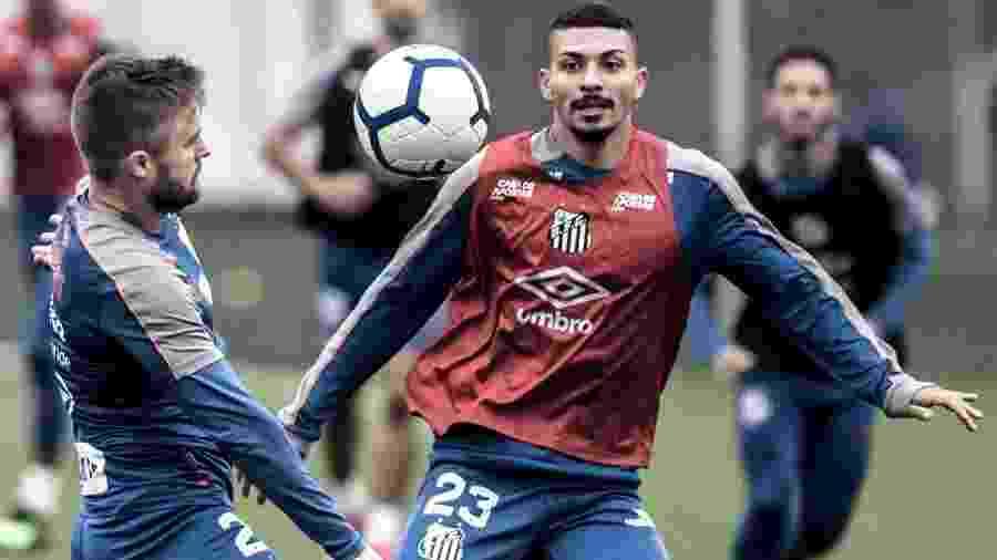 Alison disputa bola com Sasha em treino do Santos - Ivan Storti/Santos FC