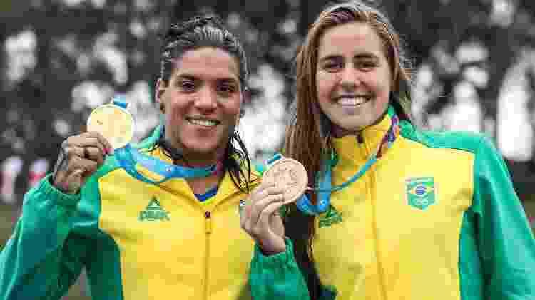 Viviane com Ana Marcela Cunha após a prova da maratona aquática do Pan - Wander Roberto/COB