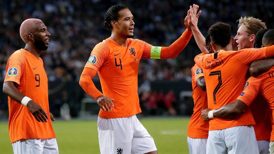 Jogadores da Holanda comemoram gol sobre a Alemanha - Eric Verhoeven/Soccrates/Getty Images