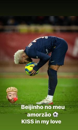 Neymar dando beijo na bola durante jogo do PSG