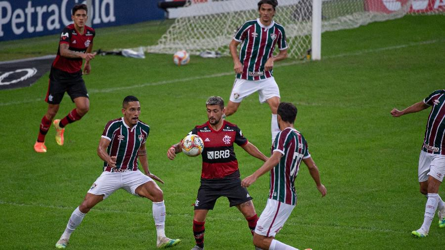 Arrascaeta, do Flamengo, domina a bola cercado por jogadores do Fluminense - Alexandre Vidal/Flamengo