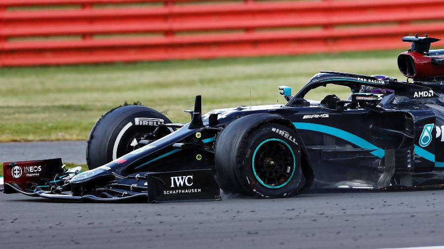 Lewis Hamilton com o pneu estourado na última volta do GP da Inglaterra, em Silverstone - Andrew Boyers/Pool via Getty Images