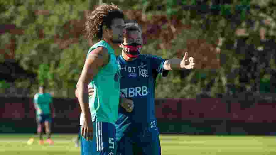 Domènec Torrent orienta Arão em seu primeiro treino como técnico do Flamengo - Alexandre Vidal/Flamengo