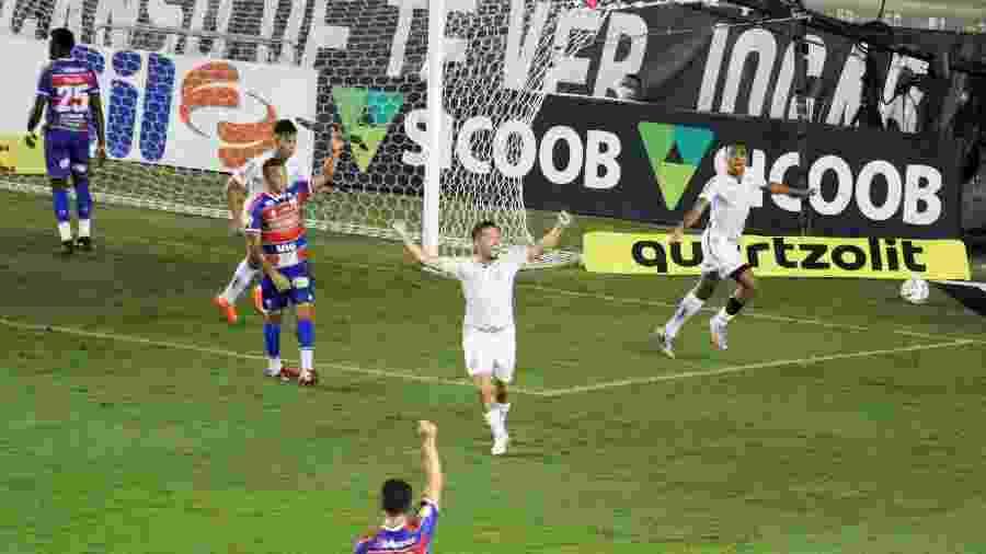 Madson, lateral do Santos, comemora seu gol marcado contra o Fortaleza - Fernanda Luz/AGIF