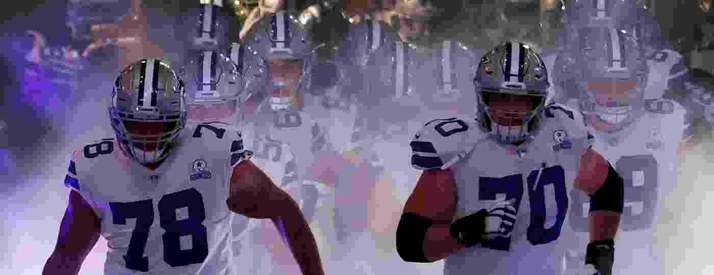 Jogadores do Dallas Cowboys entram em campo para jogo contra o Arizona Cardinals na NFL - Ronald Martinez/Getty Images
