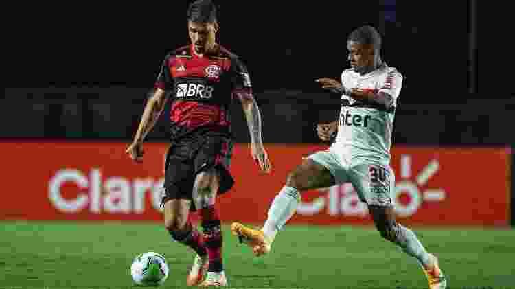 Thuler é pressionado por Brenner no jogo entre São Paulo e Flamengo no Morumbi - Alexandre Vidal/Flamengo - Alexandre Vidal/Flamengo