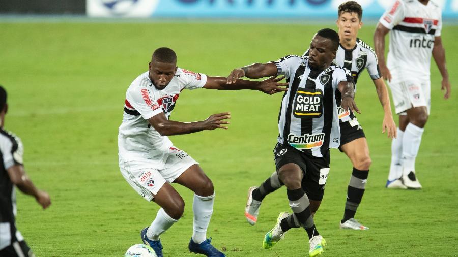Toró (São Paulo) e Kayque (Botafogo) durante partida do Campeonato Brasileiro - Jorge Rodrigues/AGIF