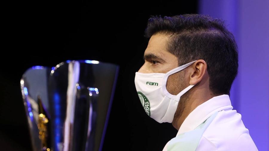 Abel Ferreira ao lado da taça da Supercopa do Brasil - Cesar Greco/ Palmeiras