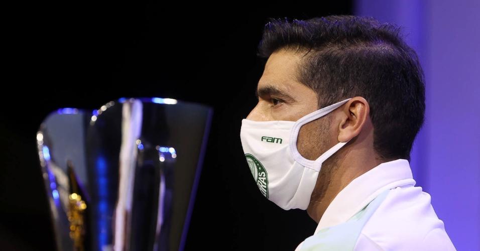 Abel Ferreira ao lado da taça da Supercopa do Brasil