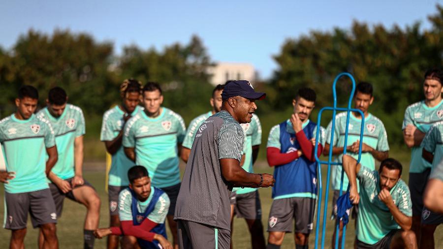 Roger Machado, técnico do Fluminense, conversa com o elenco durante treino - Lucas Merçon / Fluminense F.C.