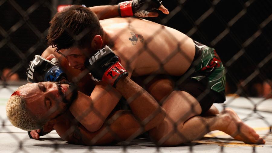 Brandon Moreno aplica golpe em Deiveson Figueiredo durante UFC 263  - Christian Petersen/Getty Images