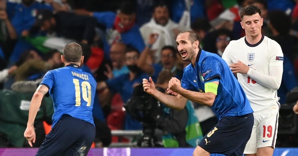 Bonucci comemora com Chiellini gol de empate italiano diante dos ingleses na final da Eurocopa