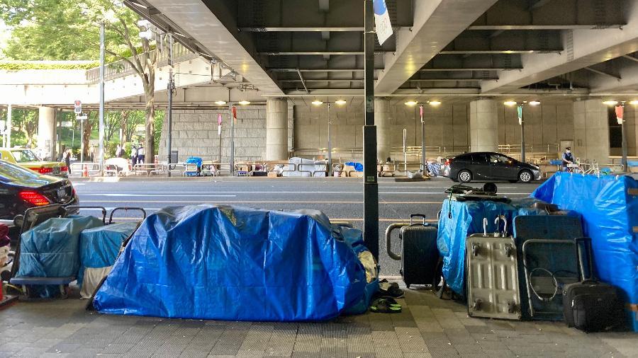 Moradores de rua deixam pertences para trás ao serem obrigados a abrir caminho para Olimpíada - Juliana Sayuri