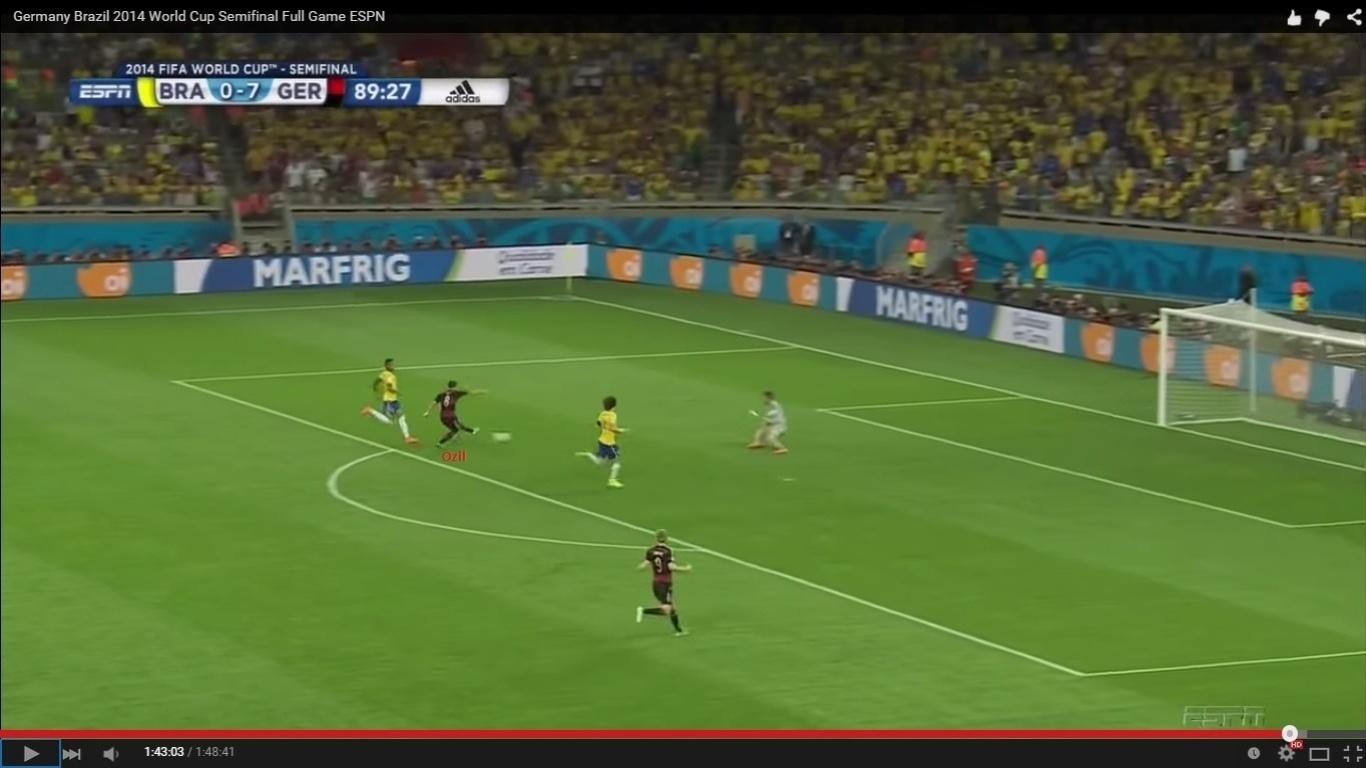 Oscar marcou o gol de honra do Brasil nos minutos finais, mas se Ozil tivesse acertado o chute acima, o jogo poderia ter terminado 8 a 0, e não 7 a 1. O meia do Arsenal recebeu livre e bateu para fora, com certa displicência. No contra-ataque, a seleção finalmente marcou. Schweinsteiger deu uma bronca memorável no companheiro pelo vacilo diante de Júlio César.