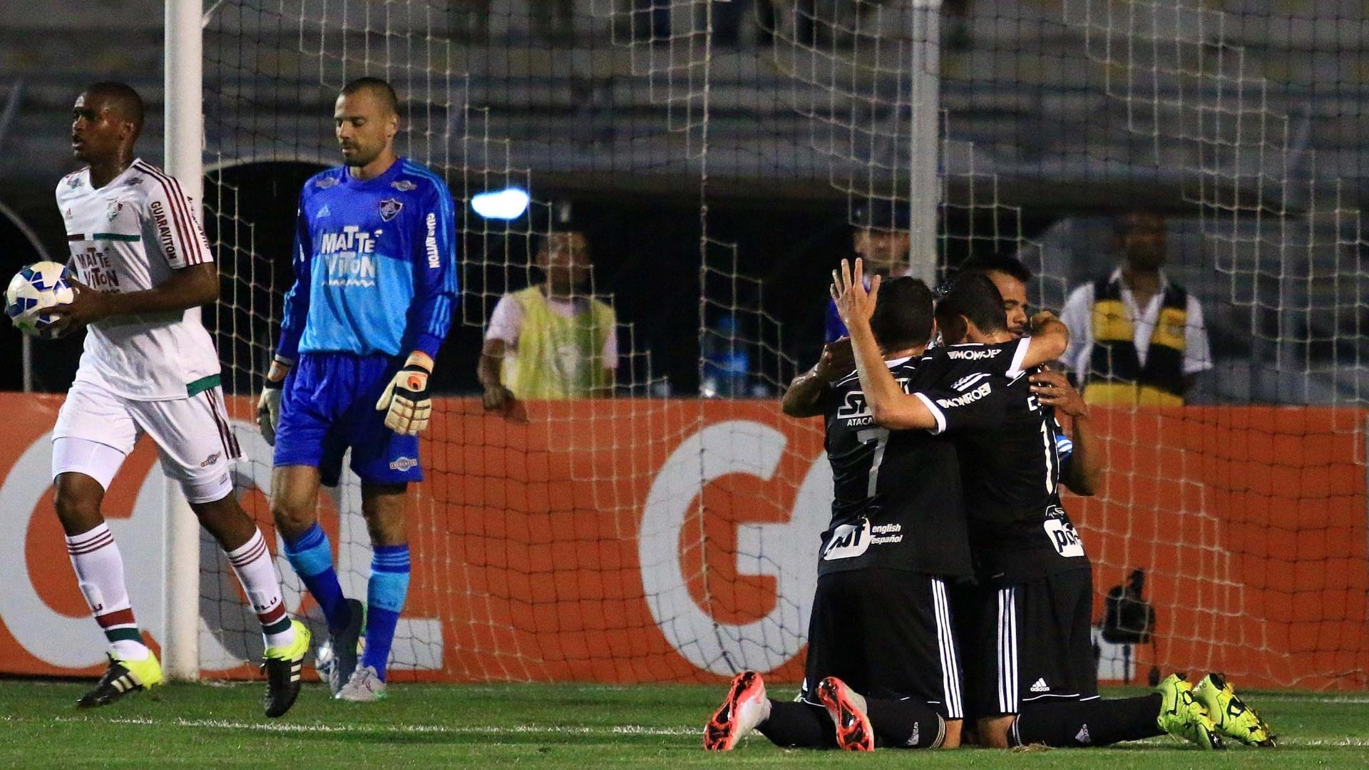 Jogadores da Ponte Preta comemoram após gol que decretou a vitória da Ponte Preta sobre o Fluminense