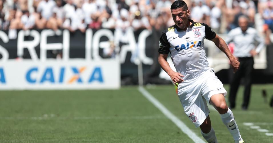 Ralf domina a bola durante Corinthians x Joinville