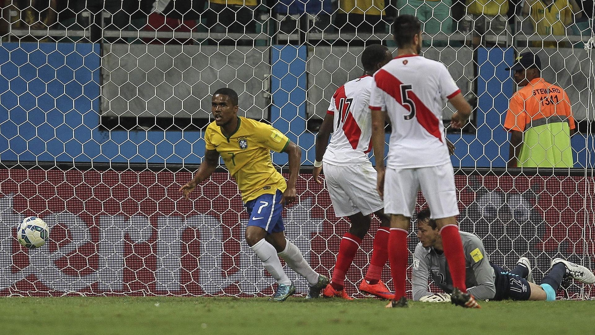 Douglas Costa comemora o seu gol contra o Peru, nas Eliminatórias