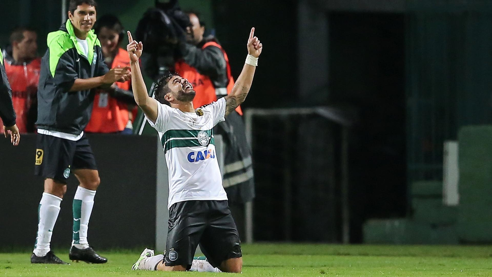 Henrique comemora o seu gol pelo Coritiba contra o Santos no Brasileirão