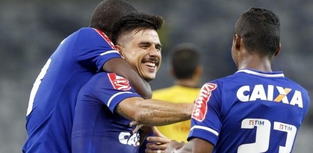 Willian comemora gol pelo Cruzeiro nesta temporada
