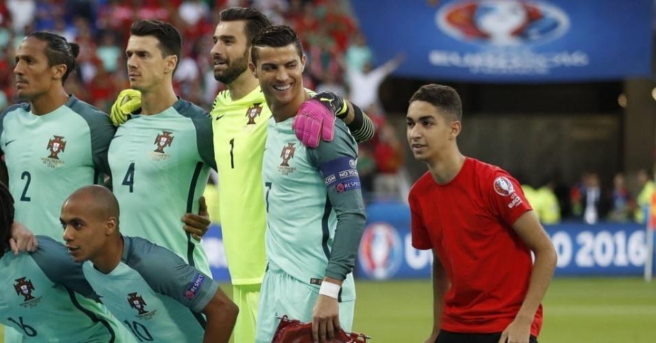 Fã tira foto e canta hino de Portugal ao lado de Cristiano Ronaldo