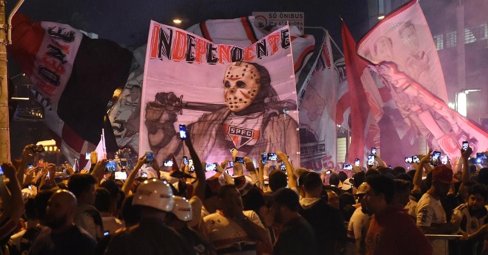 Torcedores do São Paulo exibem faixa com personagem Jason Voorhees nos arredores do Morumbi antes de jogo