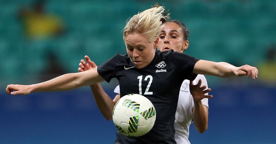 Betsy Hassett, da Nova Zelândia, dominando a jogada. Por enquanto, tudo igual contra a França