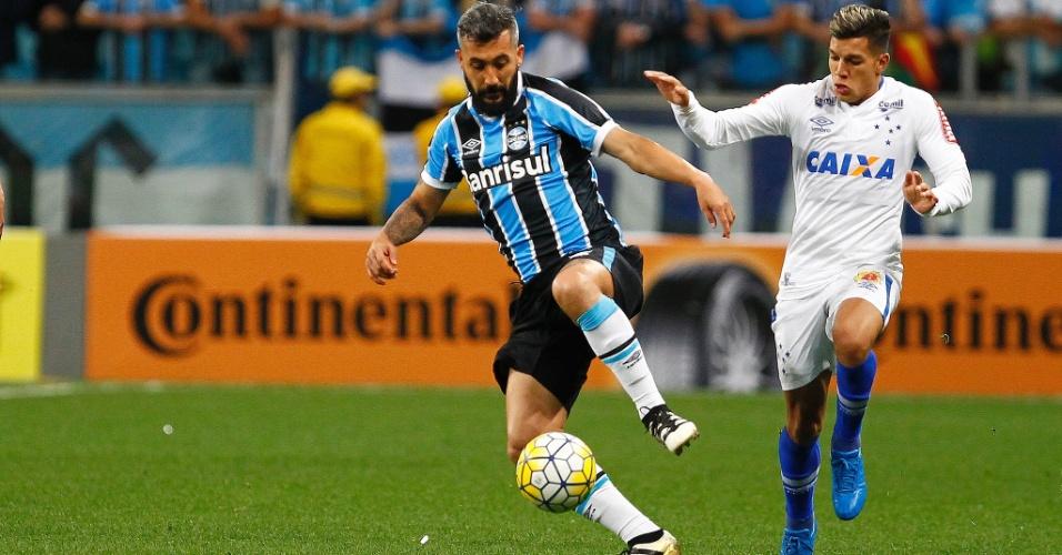 Douglas domina a bola em partida entre Grêmio e Cruzeiro