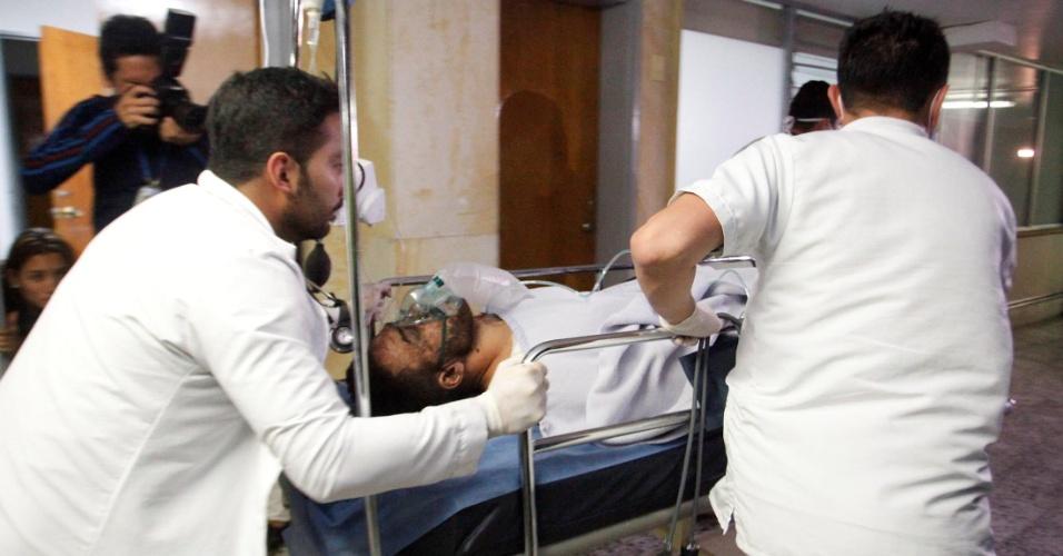 Alan Ruschel é amparado por médicos após o acidente aéreo com a delegação da Chapecoense