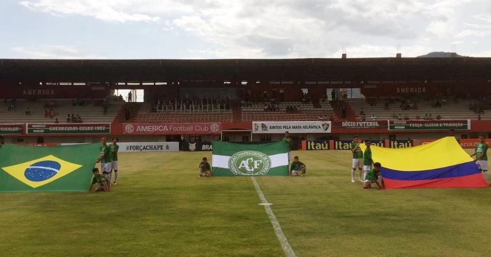 No gramado do Estádio Giulite Coutinho, no Rio de Janeiro, bandeiras do Brasil, da Colômbia e da Chapecoense são exibidas no gramado antes da partida Fluminense x Internacional