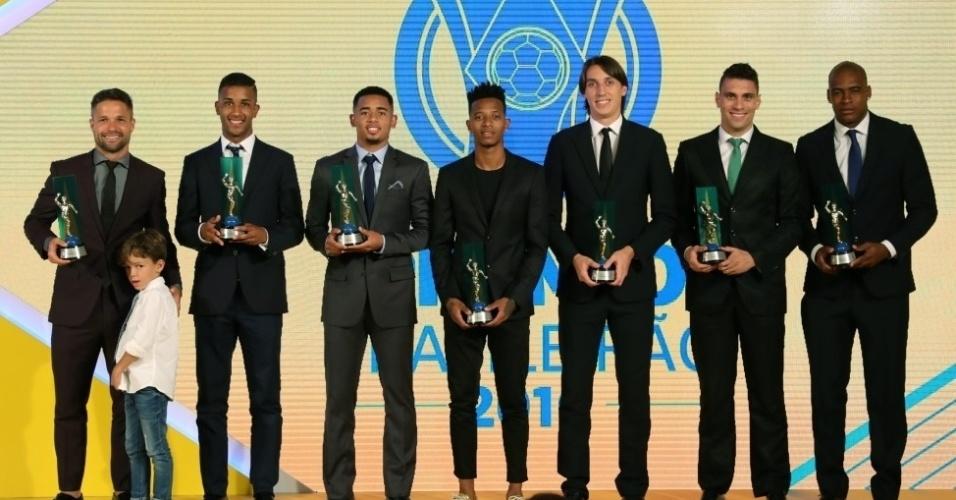 Jogadores exibem prêmios do Campeonato Brasileiro