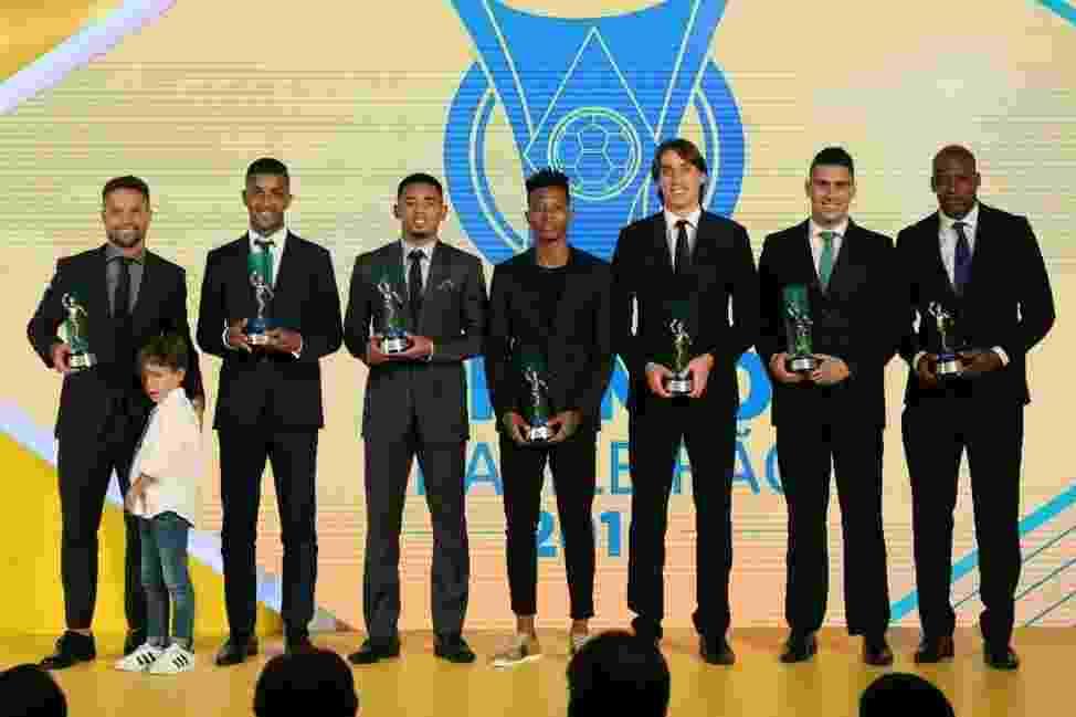 Jogadores exibem prêmios do Campeonato Brasileiro - Ricardo Stuckert/CBF