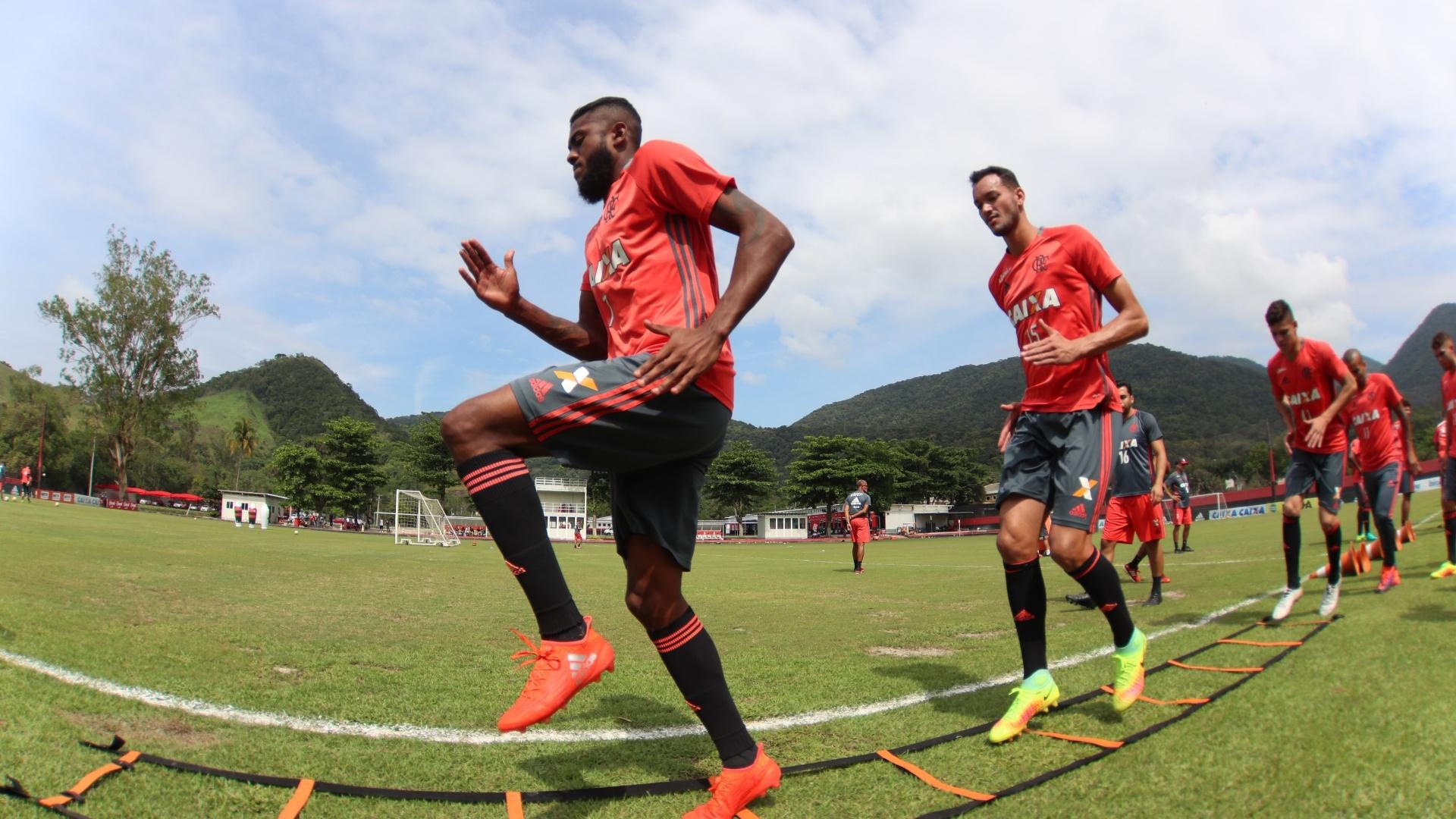 Marcelo Cirino e Réver durante treinamento do Flamengo no CT Ninho do Urubu