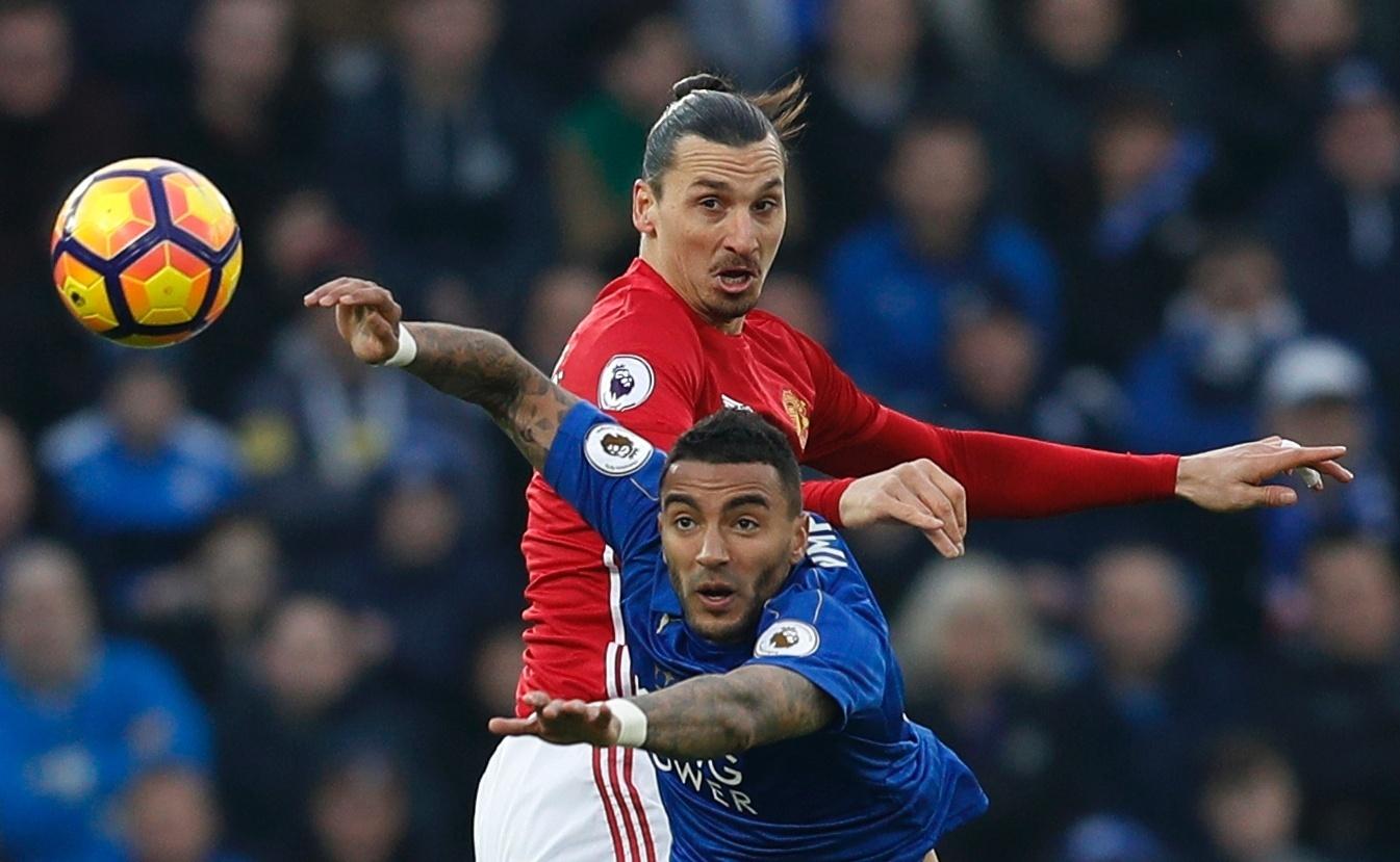 Ibrahimovic, do United, disputa a bola em partida válida pelo Campeonato Inglês