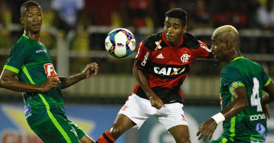 Gabriel, do Flamengo, é cercado por jogadores da Portuguesa-RJ