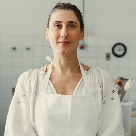 A chef Paola Carosella prepara empanadas no La Guapa, café do qual é sócia - Roberto Seba / Folhapress