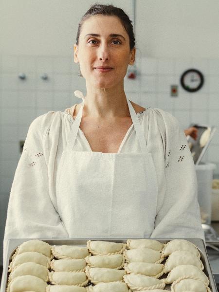 A chef Paola Carosella prepara empanadas no La Guapa - Roberto Seba / Folhapress